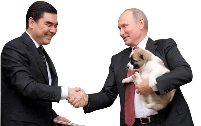 بوتين يحمل الكلب الذي قدمه له رئيس تركمانستان هدية. أ.ب