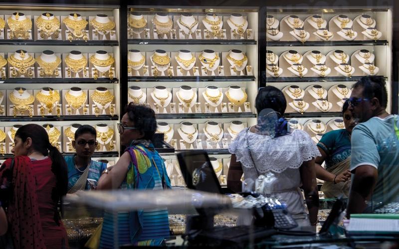 الصورة: تراجع الذهب واحتفالات «ديوالي» يدعمان مبيعات الأسواق محلياً