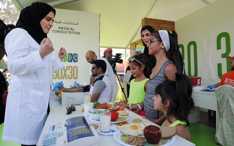 الهيئة تقدم التوعية والتوصيات الصحية اللازمة للمشاركين من مختلف المؤسسات.  من المصدر