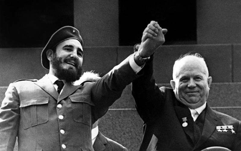 فيديل كاسترو (يسار) طلب من خروتشوف ضرب الولايات المتحدة. أ.ف.ب