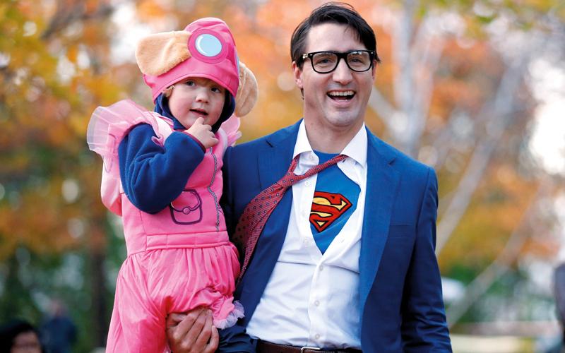 ترودو مع ابنه متنكرين في عيد الهالوين.  رويترز