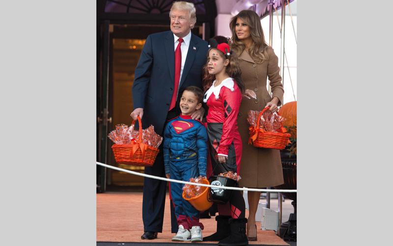 ترامب وزوجته يستقبلان أطفال «الهالوين».  أي .بي.أيه