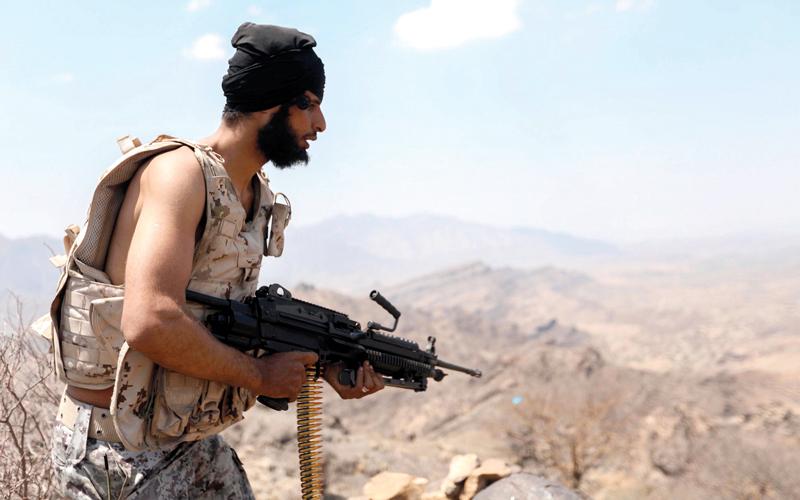 مقاتل من المقاومة خلال المواجهات مع المتمردين في إحدى مناطق تعز. أ.ف.ب
