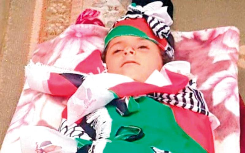 جثمان الطفلة أسيل طارق أبوعون التي دهسها مستوطن في شارع 90 الاستيطاني. الإمارات اليوم