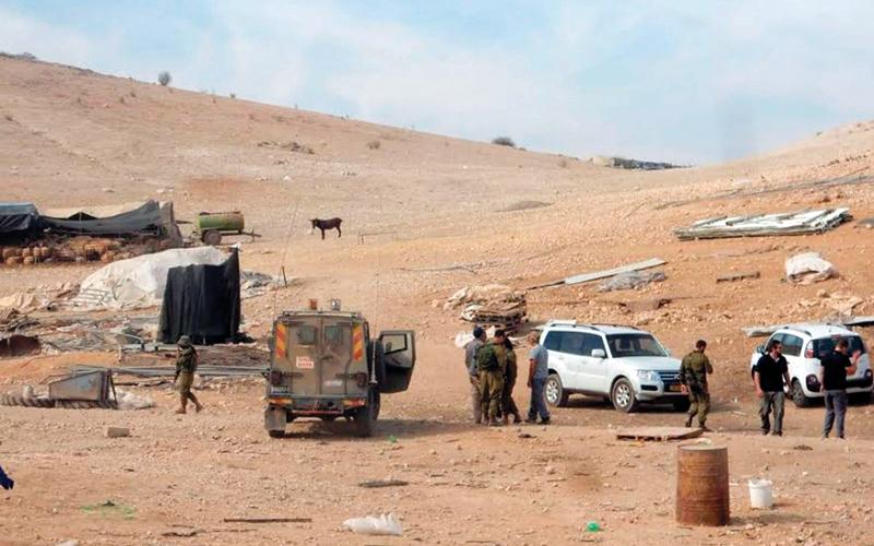 جنود الجيش الإسرائيلي يحتلون أراضي الأغوار ويشردون أهلها بذريعة التدريبات ويقتلون أطفالهم بمخلفاتهم العسكرية. الإمارات اليوم