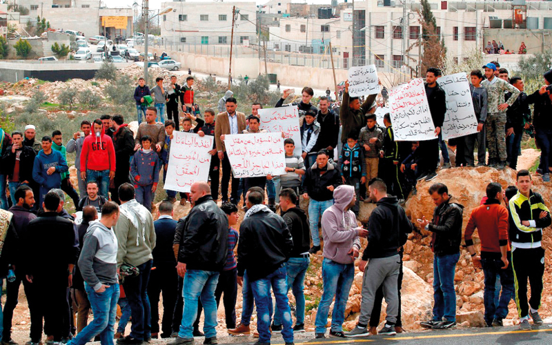 تظاهرة احتجاجية ضد إغلاق مداخل القرية ومخارجها.  الإمارات اليوم