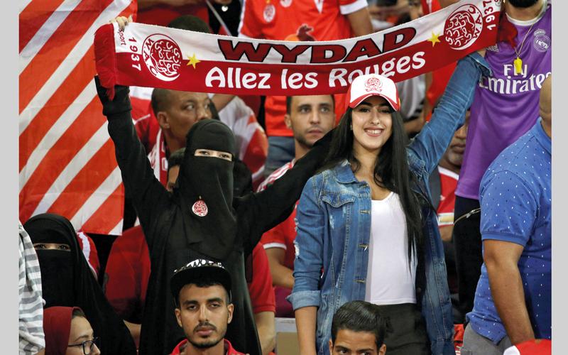 مشجعتان ترفعان شعار الوداد البيضاوي خلال نهائي أبطال إفريقيا. رويترز