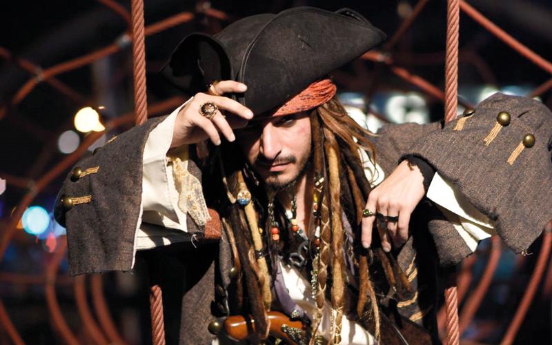 المنصوري متقمصاً شخصية القرصان جاك سبارو القادم من فيلم «قراصنة الكاريبي». الإمارات اليوم