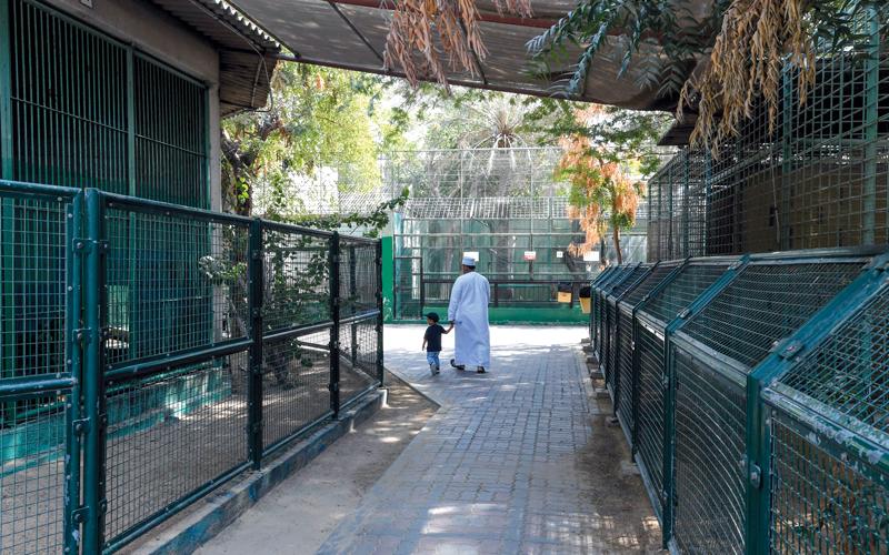 مواطن ونجله يزوران الحديقة في يومها الأخير. تصوير: أشوك فيرما