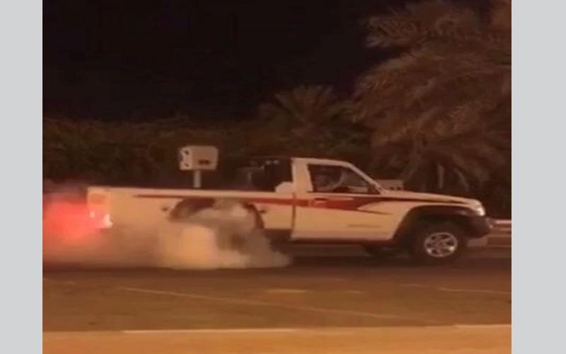 الصورة: بالفيديو...ضبط شاب يستعرض بمركبته ليلاً بخورفكان
