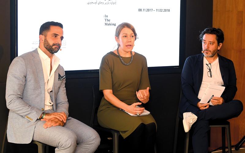 (من اليمين) الفنان جاي أوسجيربي ومارغريت كابيج وفيصل الحسن. تصوير: إريك أرازاس
