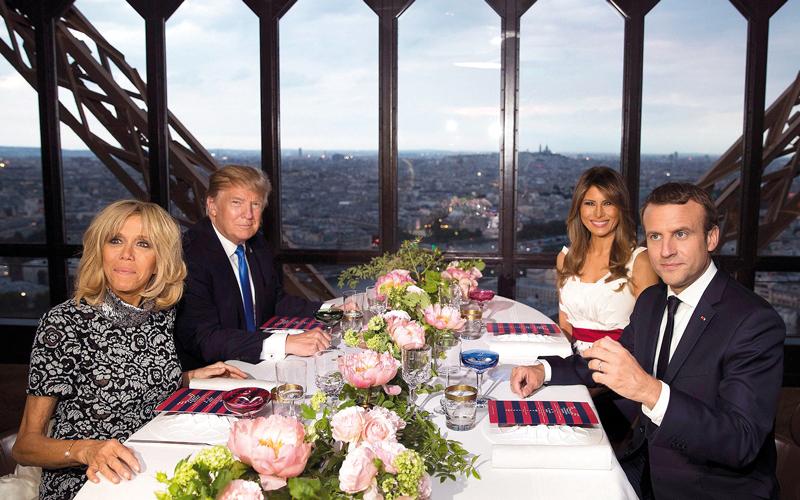 ماكرون وبريجيت على مائدة الطعام بحضور ترامب وزوجته.  أ.ب