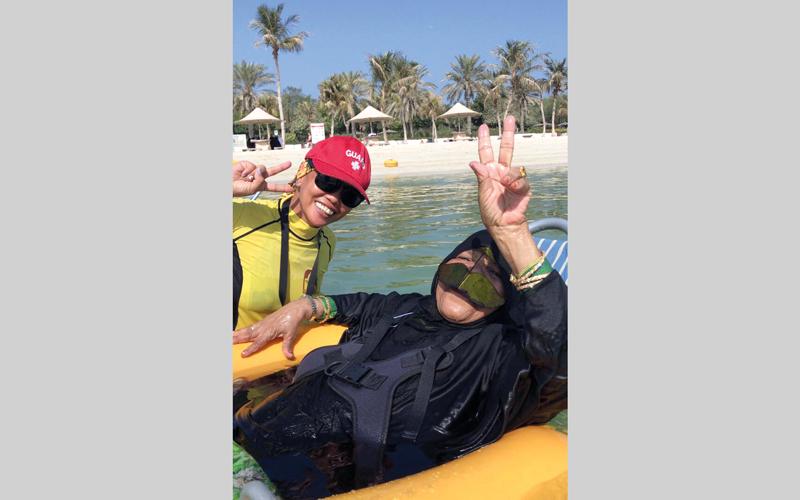40 مسناً يواصلون «التحدي» بممارسة السباحة