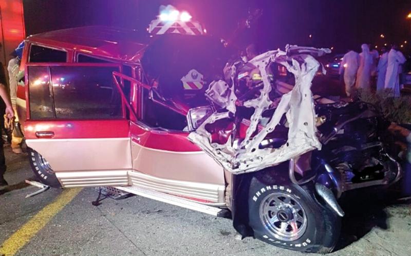 الصورة: انحشار مواطن داخل سيارته  بعد اصطدامها بمركبة ثقيلة