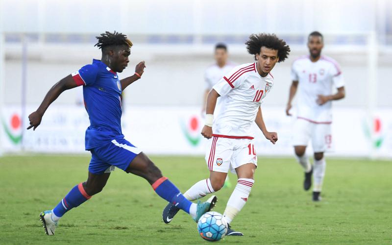 عمر عبدالرحمن يحاول قطع الكرة من أمام لاعب هاييتي. من المصدر