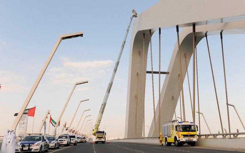 الصورة: شاب يحاول الانتحار من فوق جسر في أبوظبي