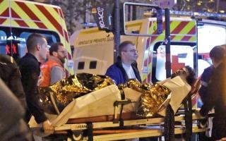 الصورة: ذكرى هجمات باريس.. ماكرون يتسلم أدلة إرهاب قطر وإيران