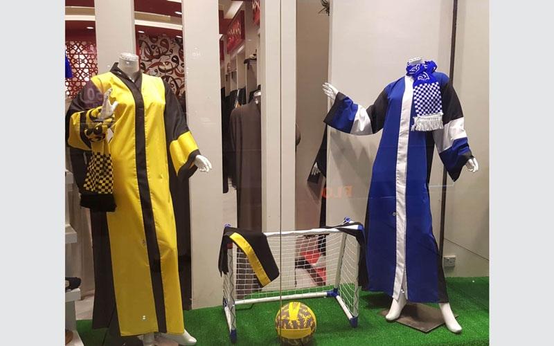 الصورة: بالصور..عبايات المشجعات السعوديات تصل محلات الموضة