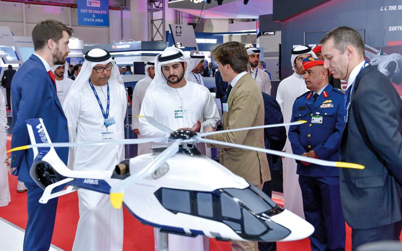 مكتوم بن محمد اطلع من مسؤولي الشركات على أحدث ابتكاراتها في صناعة الطيران. وام