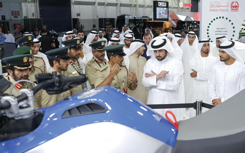 أحمد بن محمد خلال افتتاح معرض «دبي الدولي للسيارات».  وام