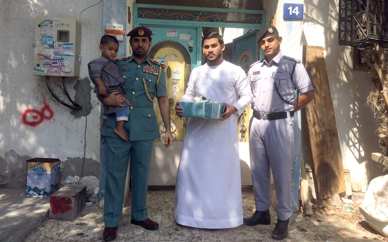 الصورة: شرطة عجمان تعيد طفلاً إلى والديه   قبل إبلاغهما عن اختفائه
