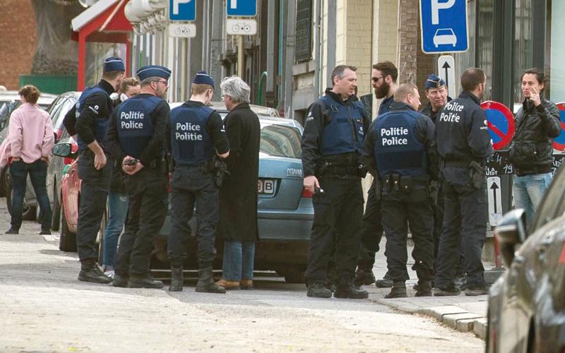 الشرطة البلجيكية تبحث عن الإرهابيين إثر تفجيرات مطار بروكسل على أيدي «داعش». د.ب.أ