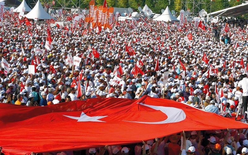 المعارضة التركية في مسيرة حاشدة احتجاجاً على سياسة الحكومة.  رويترز