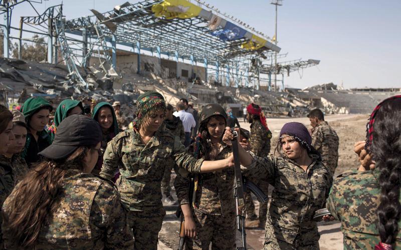 «قوات سورية الديمقراطية» تحتفل بملعب كرة قدم  في الرقة بعد تحريرها من «داعش». أرشيفية