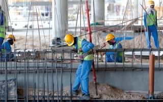 الصورة: خدعة «الحد الأدنى لأجور العمال» تثير استياءً عالمياً من قطر