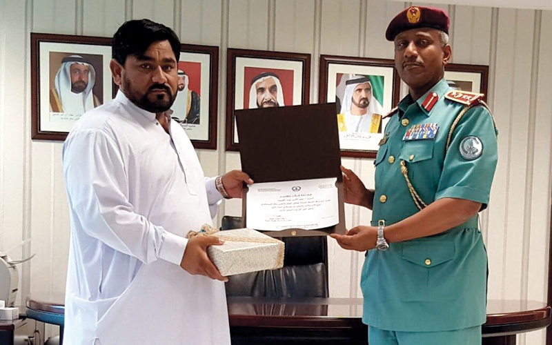 الصورة: تكريم باكستاني لجهوده في مكافحة الجريمة