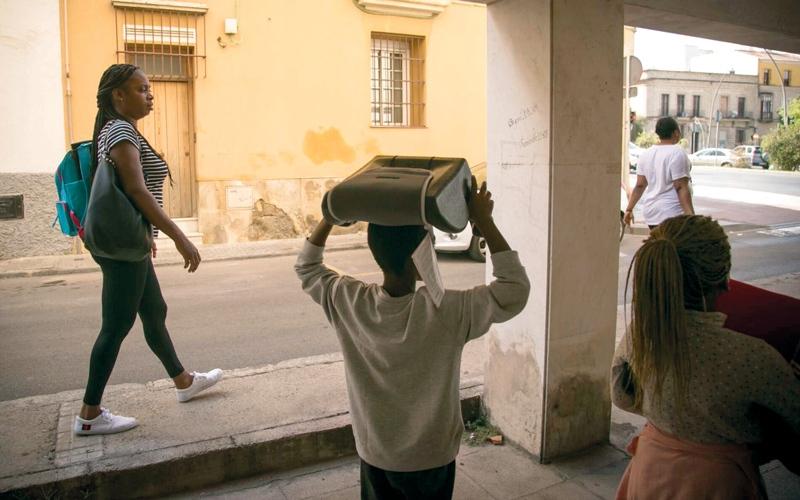 الصورة: 3 نساء عانين الأمرين في رحلة امتدت 4 سنوات عبر 8 دول