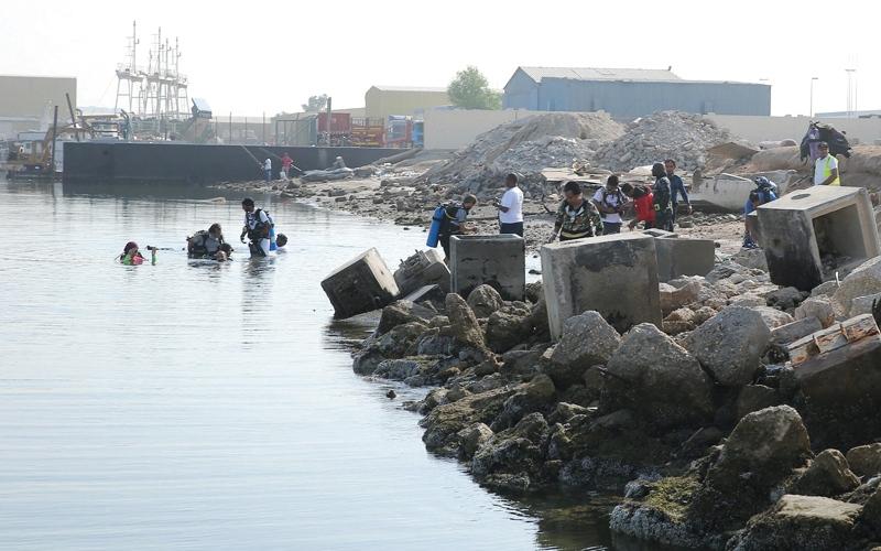 الصورة: بلدية أبوظبي تنتشل 26 طناً نفايات من قناة مصفح