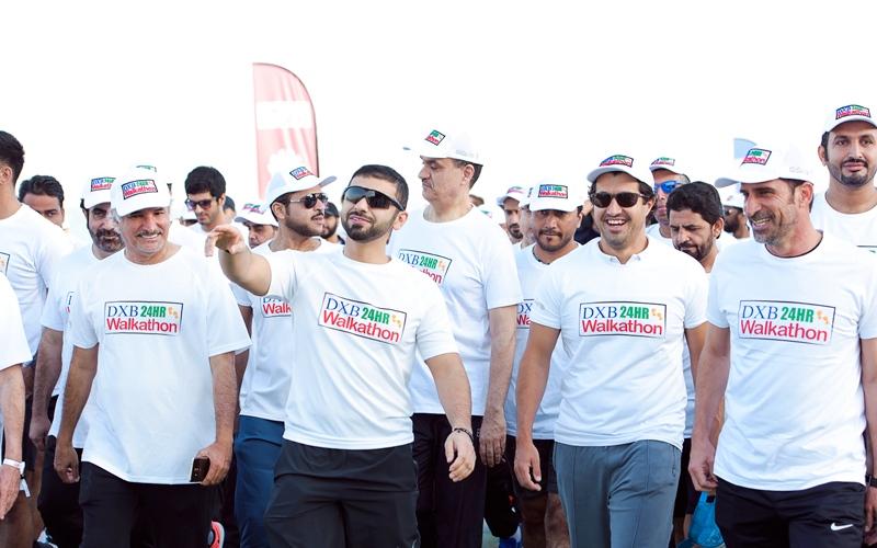 الصورة: منصور بن محمد يتقدم مسيرة «دبي للمشي 24 ساعة»