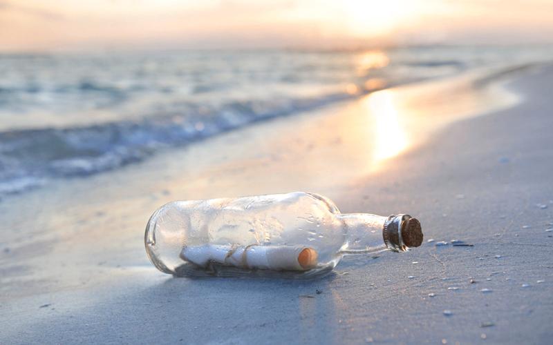 هولندي يجمع 1200 رسالة من الشاطئ