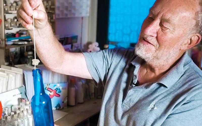 ويم كروزويجك يصف رسائل الزجاجات بـ«البريد البطيء».  أرشيفية