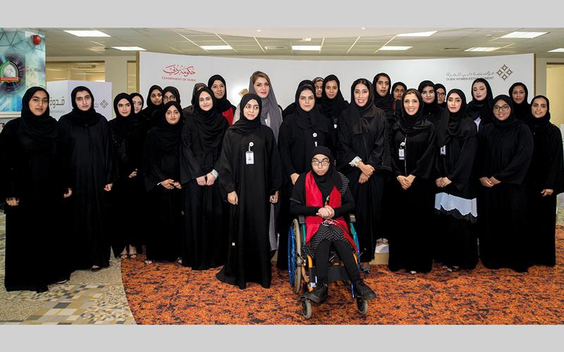 منى المري تتوسط عدداً من طالبات كليات التقنية العليا في الفجيرة بحضور صفية الرقباني ولمياء عبدالعزيز خان.  من المصدر