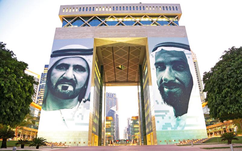 عمل إبداعي يضم صورتي زايد ومحمد بن راشد يُجمِّل واجهة «دبي المالي» - الإمارات اليوم