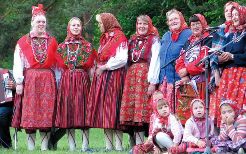نساء الجزيرة يحافظن على التقاليد الموروثة. أرشيفية