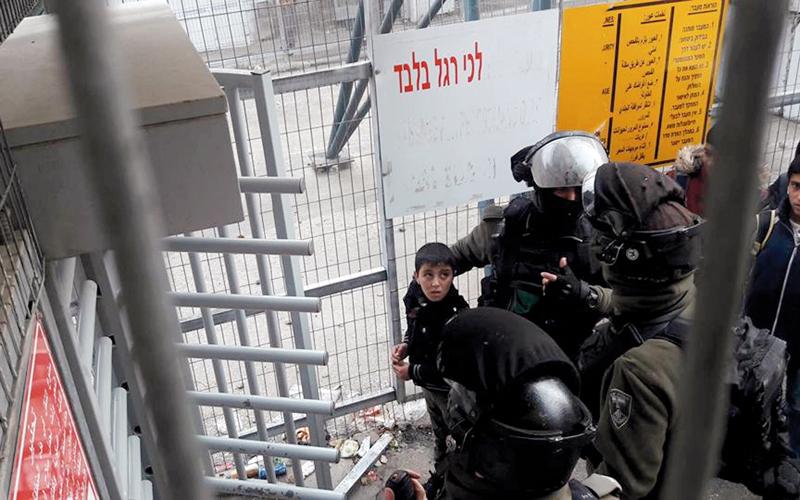 قوات من الجيش الإسرائيلي اعتقلت الطفل دعنا اثناء توجهه إلى مدرسته.  من المصدر