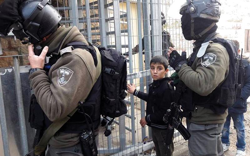 الجنود الإسرائيليون اعتقلوا الطفل دعنا بعد ملاحقته. من المصدر