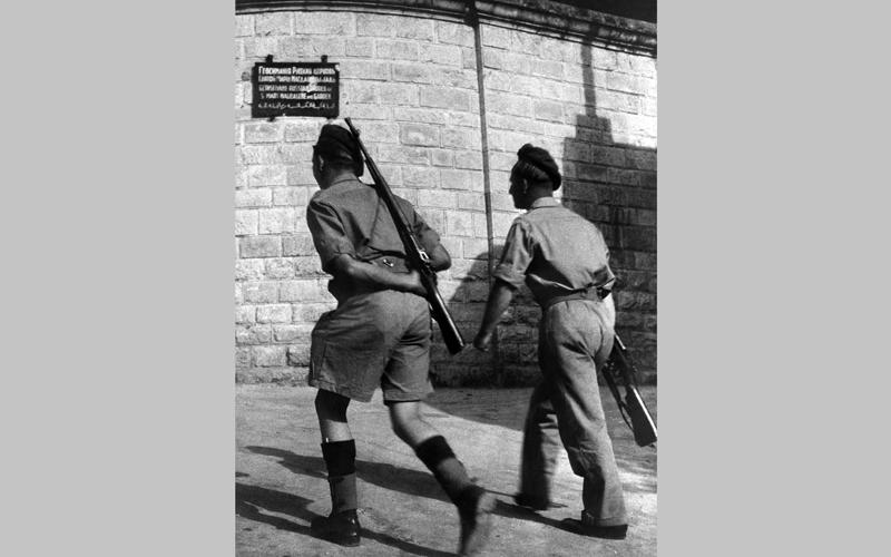صورة يعود تاريخها إلى 1947 يظهر فيها جنود بريطانيون يطوفون حول مدينة القدس. أ.ف.ب
