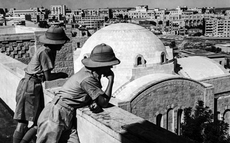 ضباط بريطانيون على سطح جمعية الشبان المسيحيين، المطل على القدس الحديثة.  أ.ف.ب