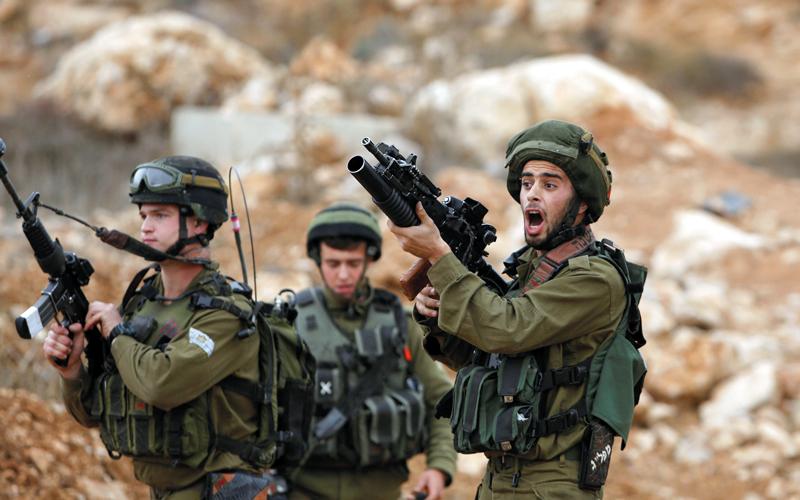 جنود إسرائيليون خلال احتكاكات مع متظاهرين ضد إغلاق أحد الشوارع في الضفة الغربية. رويترز