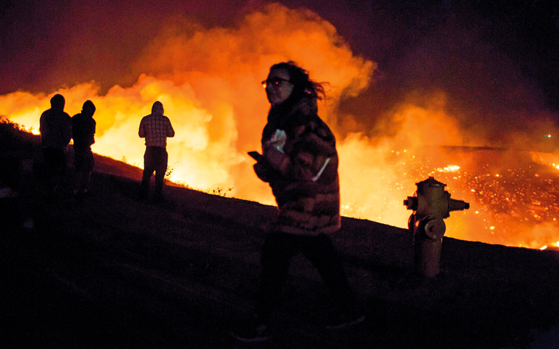 سكان المناطق الذين شرّدهم الحريق يراقبون المشهد.  أ.ف.ب