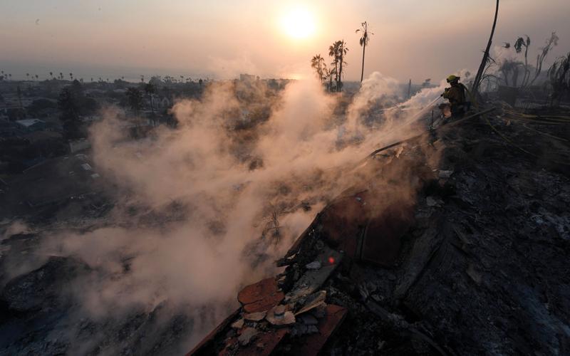 بالصور.. حريق غابات يدمّر مئات المنازل ويجبر الآلاف على النزوح في كاليفورنيا