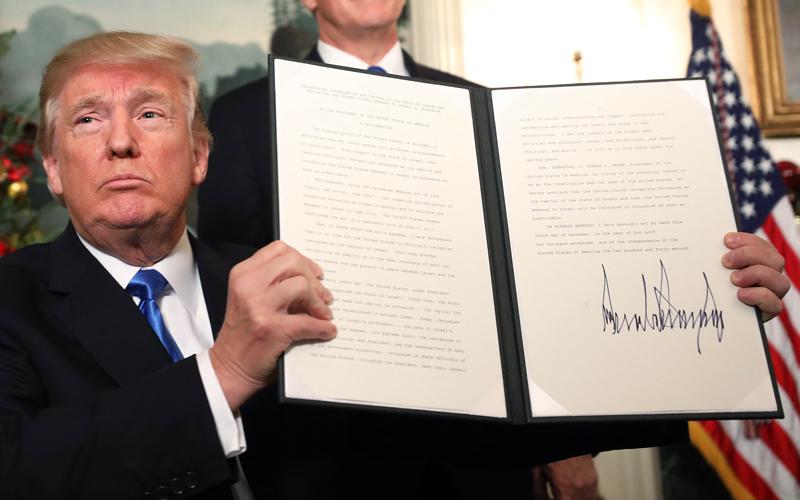 ترامب يعلن توقيعه على قرار الاعتراف رسمياً بالقدس عاصمة لإسرائيل.  إي.بي.إيه