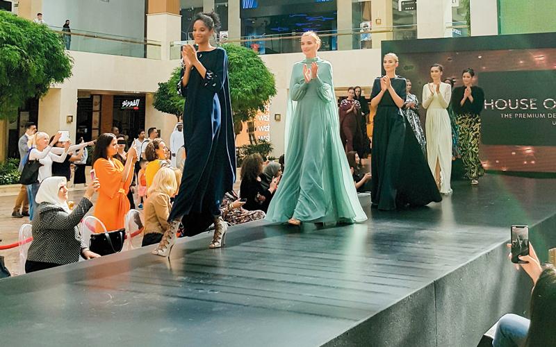 f94efcb814a4a البساطة والأناقة سمتا عروض «الأزياء المحتشمة» - الإمارات اليوم