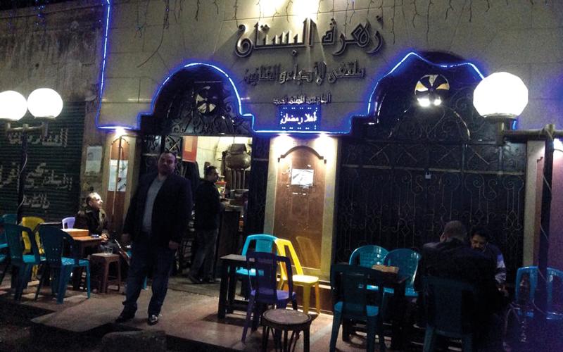 مقهى «زهرة البستان» بيت المثقفين منذ عشرات السنين. الإمارات اليوم