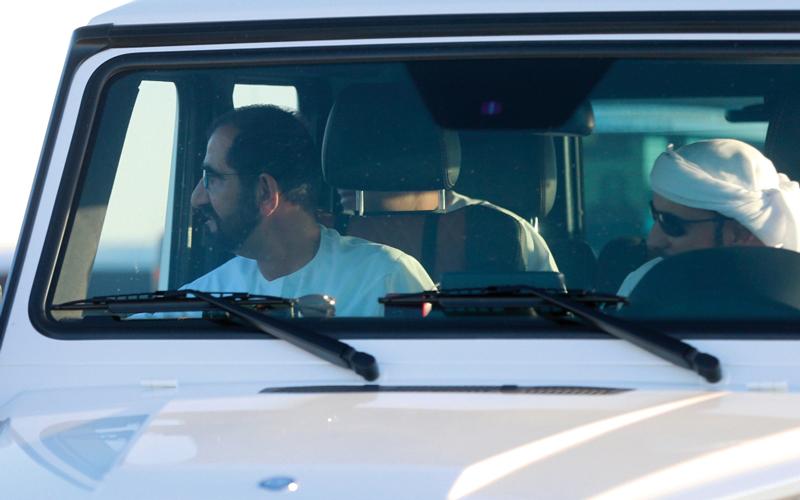 محمد بن راشد خلال متابعته سباق سيح السلم للدراجات الهوائية. الإمارات اليوم