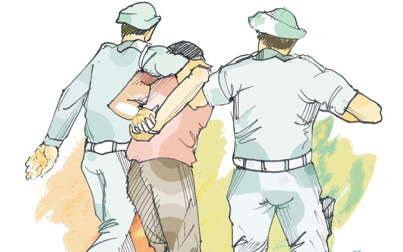 الصورة: حبس طالب صدم دورية شرطة وهاجم قائدها بمطرقة